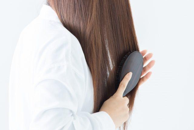 ヘアブラシで髪をとかす
