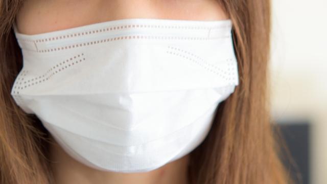 マスクをする女性