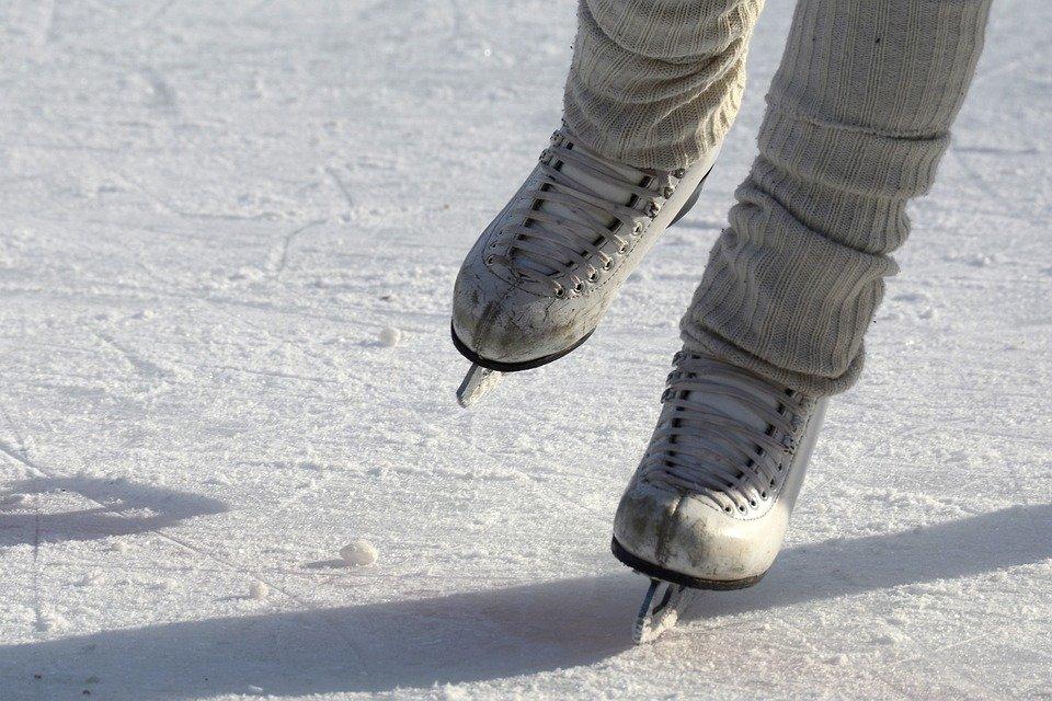 スケートを滑っている人