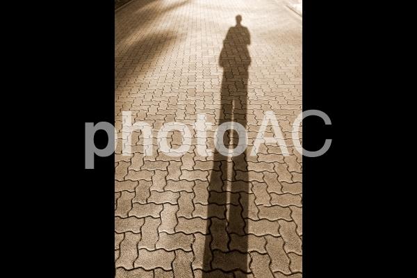 寂しそうな人の影