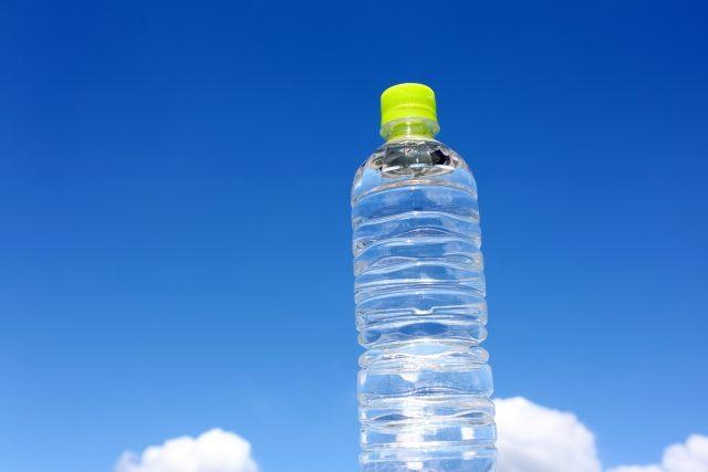 青空にペットボトル